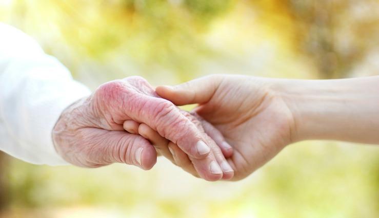 aide malade parkinson main tendue